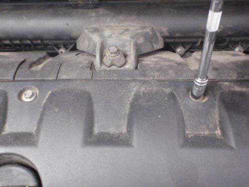Болты крепления верхней декоративной крышки двигателя в автомобиле Пежо 308 и торцовая головка